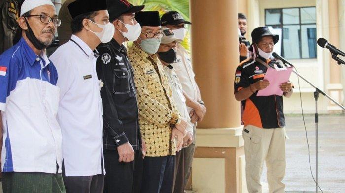 Wakil Bupati Hulu Sungai Tengah (HST), H Mansyah Sabri (kemeja batik), saat persiapan pelepasan relawan Balakar 654 Murakata yang berangkat ke lokasi bencana banjir di Provinsi Kalimantan Tengah untuk menyerahkan bantuan dari masyarakat Kabupaten HST, Rabu (15/9/2021).