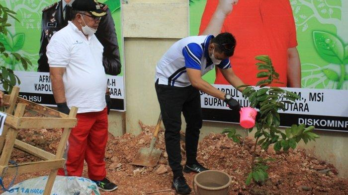 Wakil Bupati H Husairi Abdi mengikuti kegiatan penanaman pohon di kawasan Lapangan Tembak Polsek Amuntai Kota, Kabupaten Hulu Sungai Utara (HSU), Provinsi Kalimantan Selatan.