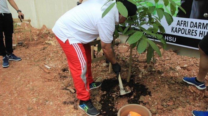 Wakil Bupati H Husairi Abdi saat menanam pohon di kawasan Lapangan Tembak Polsek Amuntai Kota, Kabupaten Hulu Sungai Utara (HSU), Provinsi Kalimantan Selatan.