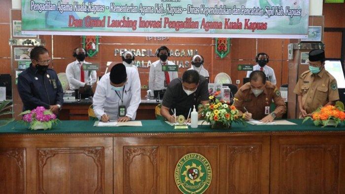 Wakil Bupati Kapuas H M Nafiah Ibnor saat saksikan penandatanganan Memorandum of Understanding (MoU) antara Pengadilan Agama Kuala Kapuas dengan Kementerian Agama Kabupaten Kapuas dan Dinas Kependudukan dan Pencatatan Sipil Kabupaten Kapuas, Senin (5/7/2021).