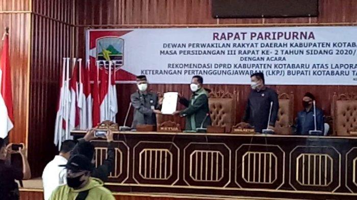 Wakil Ketua II M Arif (tengah) menyerahkan 40 rekomendasi DPRD Kotabaru ke Asisten II Setda Kotabaru
