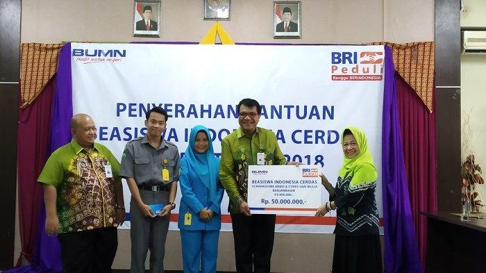 BRI Serahkan Beasiswa Indonesia Cerdas Untuk 10 Mahasiswa STIKES Sari Mulia Banjarmasin