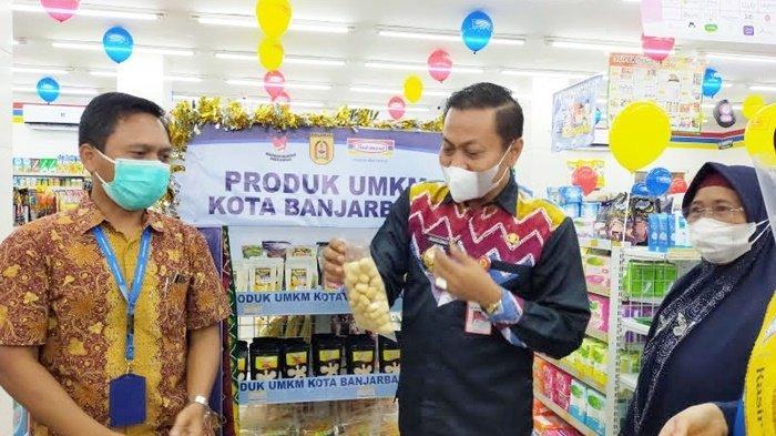 Wakil Wali Kota Wartono SE melihat produk UMKM lokal yang dipasarkan di Toko Indomaret di Banjarbaru, Provinsi Kalimantan Selatan (Kalsel), Kamis (9/9/2021).