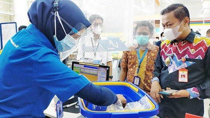 Wakil Wali Kota Wartono SE belanja produk UMKM di Toko Indomaret, Jalan A Yani Km 33,9, Banjarbaru, Provinsi Kalimantan Selatan (Kalsel), Kamis (9/9/2021). Semua Toko Indomaret di Kota Banjarbaru membantu memasarkan produk UMKM daerah setempat.