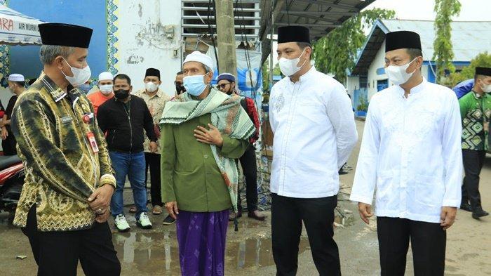 Wali Kota Banjarbaru, HM Aditya Mufti Ariffin SH MH, didampingi Wakil Wali Kota, Wartono SE, serta Sekdako, Drs H Said Abdullah MSi, mendapat penjelasan dari pimpinan Pondok Pesantren Al Falah tentang musibah kebakaran yang terjadi, Kamis (15/7/2021).