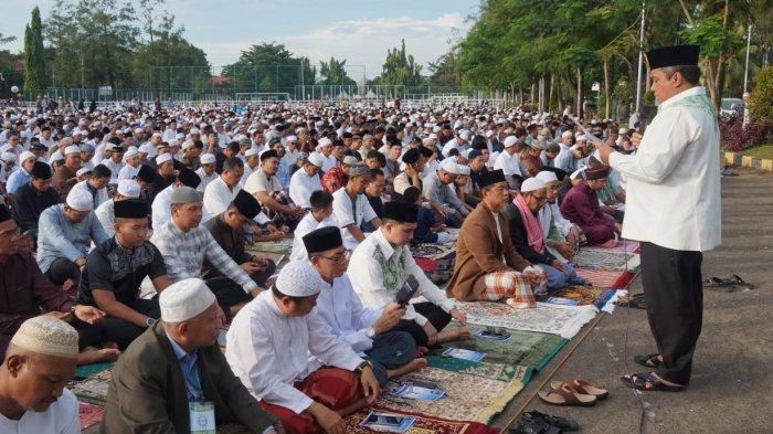 Wali Kota Banjarbaru H Nadjmi Adhani dan keluarga melaksanakan sholat Idul Fitri 1440 H di Lapangan Murjani Banjarbaru.