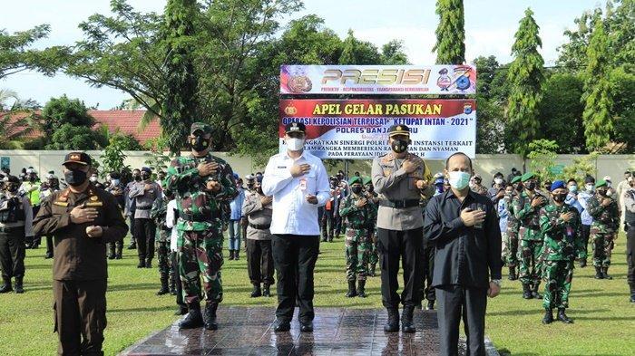Wali Kota HM Aditya Mufti Ariffin SH MH, bersama unsur forkopimda dalam Apel Gelar Pasukan Operasi Ketupat Intan 2021 tentang Pengamanan Idul Fitri 1442 H di Polres Banjarbaru, Kalimantan Selatan, Rabu (5/5/2021).