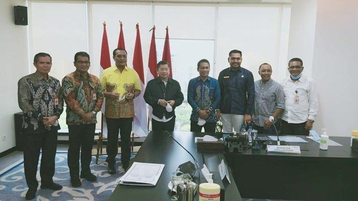 Wali Kota Banjarbaru, HM Aditya Mufti Ariffin, dan rombongan foto bersama Menteri Perencanaan Pembangunan Nasional (Bapennas) Republik Indonesia, Suharso Monoarfa.