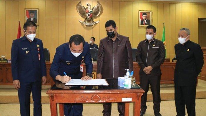 Wali Kota Banjarbaru, HM Aditya Mufti Ariffin, menandatangani dokumen setelah rapat paripurna beragendakan penyampaian raperda, Rabu (31/3/2021).