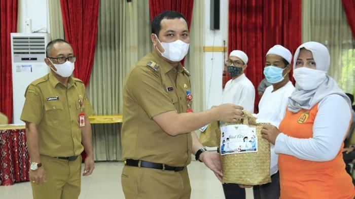 Wali Kota Banjarbaru M Aditya Mufti Ariffin Bagikan 3.500 Paket Sembako kepada Warga