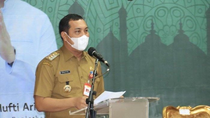 Wali Kota HM Aditya Mufti Ariffin SH MH menyampaikan sambutan pada Acara Pemberian Santunan Tali Asih kepada Masyarakat dan penyerahan paket Lebaran, bertempat di Aula Gawi Sabarataan Pemerintah Kota Banjarbaru, Kalimantan Selatan, Selasa (4/5/2021) siang.