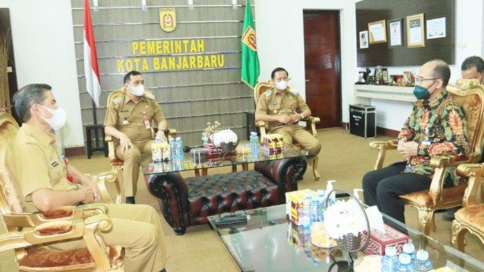 Wali Kota Banjarbaru, HM Aditya Mufti Ariffin, didampingi Wakil Wali Kota, Wartono, saat menemui Kepala Kantor KPPN Banjarmasin, Tri Ananto Putro, beserta staf, Selasa (14/9/2021).