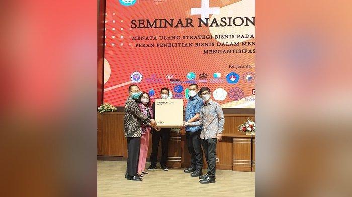 Wali Kota Banjarbaru Menerima Bantuan Helm Covid-19 dari Universitas Gunadarma