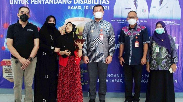 Wali Kota Banjarbaru M AdityaMufti Ariffin memantau pelaksanaan  vaksinasi Covid-19 kepada penyandang disabilitas