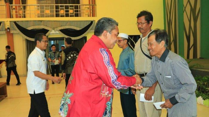 Wali Kota Banjarbaru Serahkan Tali Asih kepada Petugas Tempat Ibadah