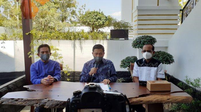 Wali Kota banjarmasin (tengah) saat konferensi pers soal PPKM level 4 di kediamannya, Minggu (25/7/2021)