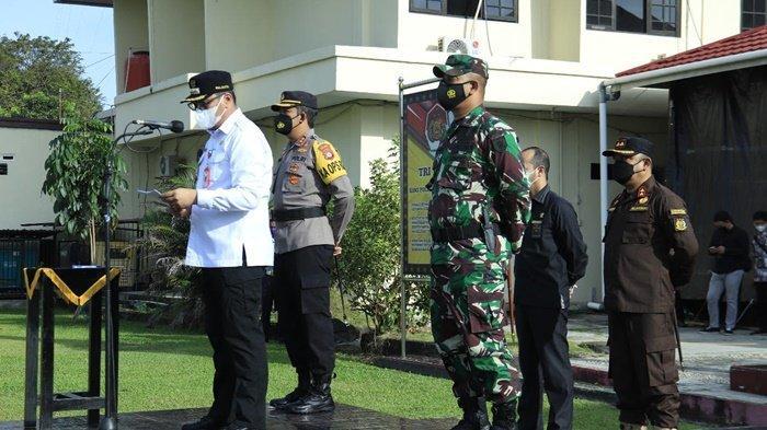 Wali Kota HM Aditya Mufti Ariffin SH MH, didampingi unsur forkopimda, menyampaikan amanat Kapolri pada Apel Gelar Pasukan Operasi Ketupat Intan 2021 tentang Pengamanan Idul Fitri 1442 H di Polres Banjarbaru, Kalimantan Selatan, Rabu (5/5/2021).