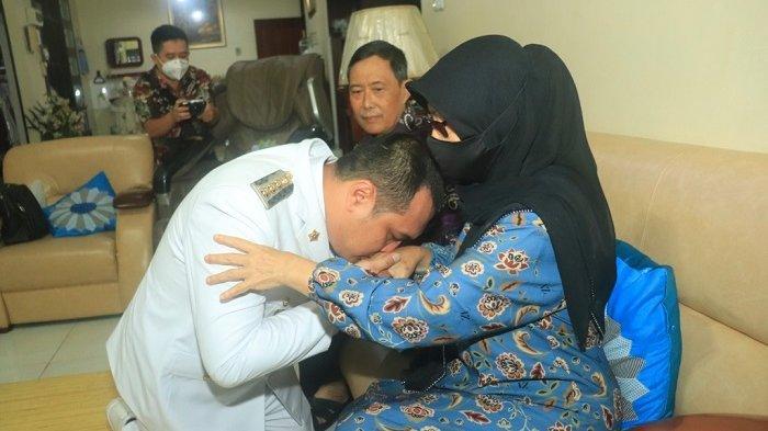 Sebelum dilantik, Wali Kota terpilih H M Aditya Mufti Ariffin sungkem dengan ibundanya di Jalan Garuda, Banjarbaru, Jumat (26/2/2021).
