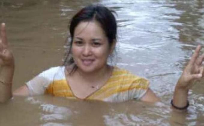 Wanita Cantik Ini Tersenyum Saat Banjir Menerpa Manado