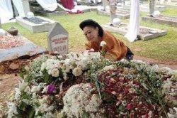 Sosok Wanita Misterius di Makam Ani Yudhoyono & Pengakuan Penggali Kubur Ibu AHY dan Annisa Pohan