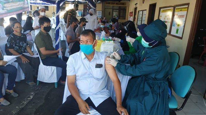 Respon Vaksinasi Biddokkes Polda Kalsel, 300 Warga Banjarmasin Barat Divaksin Covid-19