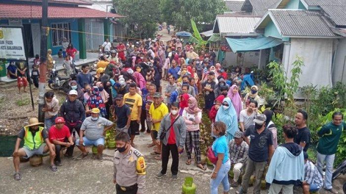 Antre  Elpiji 3 KG, Ratusan Warga di Banjarmasin Baris Hingga ke Jalan