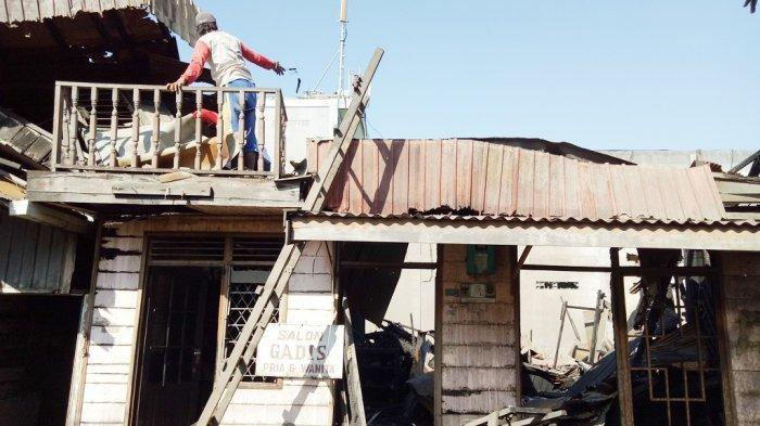 Kebakaran di Cendrawasih, Warga Mulai Bersihkan Puing-puing Rumah Yang Arang