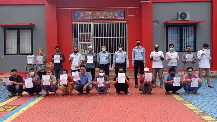 Sejumlah 18 Warga Binaan Lapas Banjarbaru Sujud Syukur Dapat Asimilasi