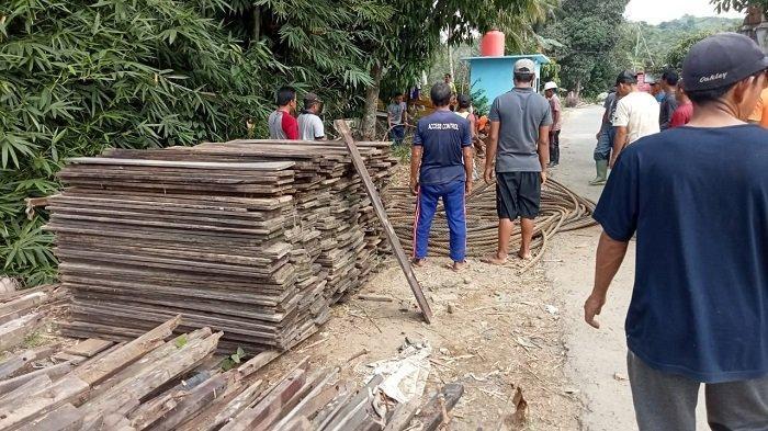 Warga Desa Baru Kecamatan Batubenawa gotong royong, Minggu (27/6/2021) mengangkut sisa material tiga jembatan gantung yang rusak akibat diterjang banjir bandang, SIsa bahan bangunan tersebut bakal dibangunkan jembatan gantung permanen dengan harapan mendapat bantuan tenaga ahli dan kalangan swasta.
