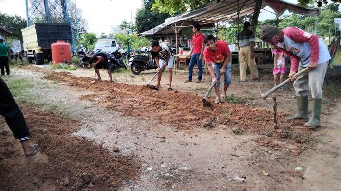 Warga Kampung Sungai Rancah Kelurahan Palam Cempaka Banjarbaru Gotong-royong Batasi Jalan Makam