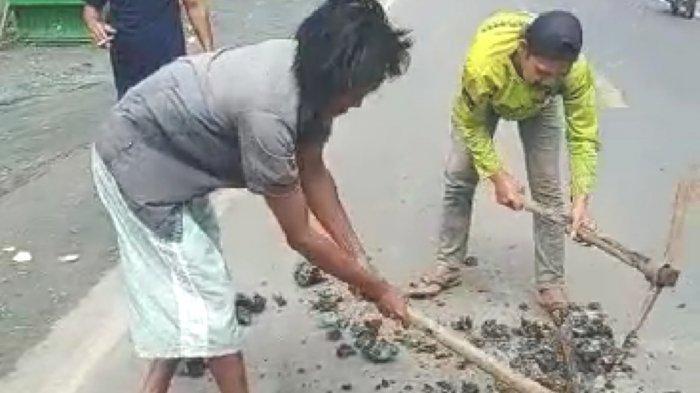 Warga Damar Indah Sungai Loban Kabupaten Tanbu Perbaiki Jalan Rusak