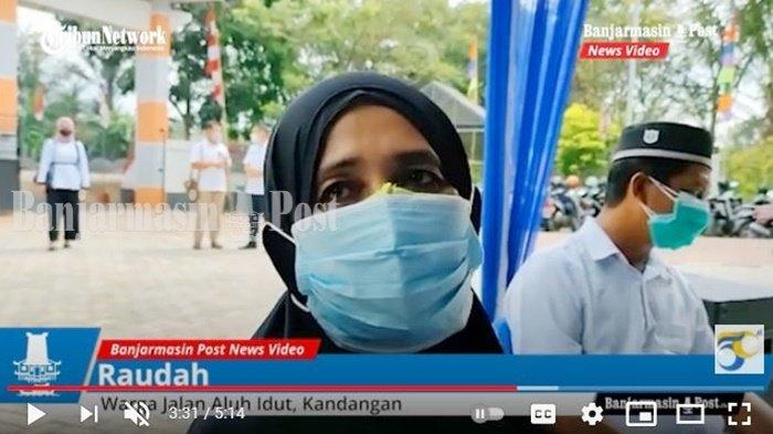 Warga Jalan Aluh Idut, Kota Kandangan, Raudah, mendapat bantuan beras dari Pemerintah Kabupaten Hulu Sungai Selatan (Pemkab HSS), Kalimantan Selatan, Rabu (25/8/2021).