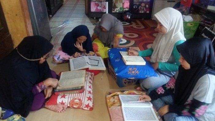 warga Jalan Mesjid Jami Gang HM Yasin Rt 09 Banjarmasin menggelar tadarrus