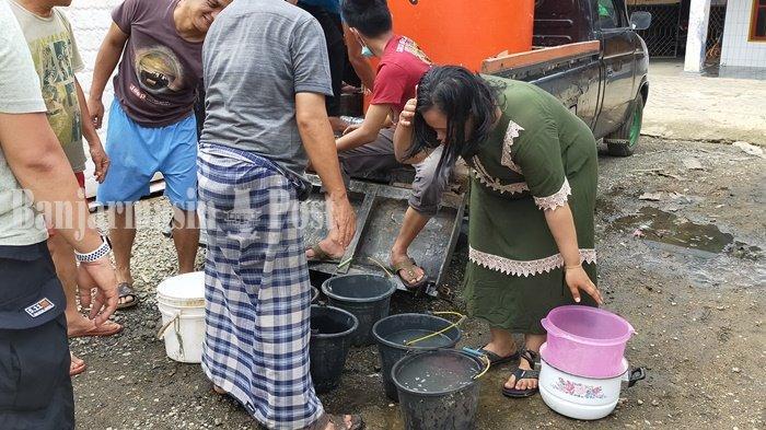 Warga Swadarma Barabai Kabupaten HST Antre untuk Dapatkan Air Bersih