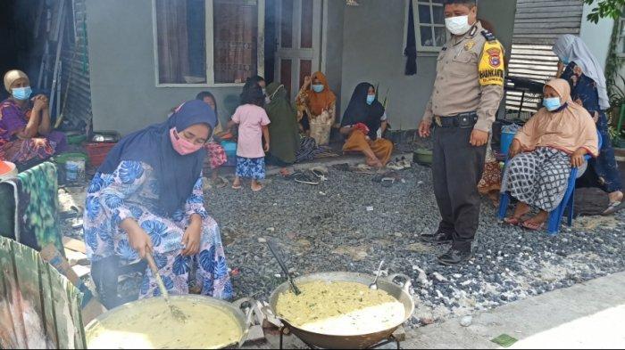Warga memasak bubur asyura pada Kamis (19/8/2021) siang, yang bertepatan dengan tanggal 10 Muharram 1442 Hijriyah.