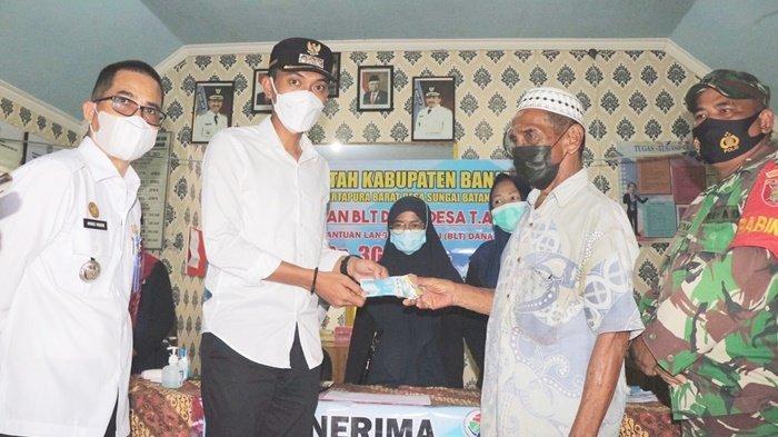 Warga menerima BLT Dana Desa yang diserahkan Bupati H Saidi Mansyur di Desa Sungai Batang Ilir, Kecamatan Martapura Barat, Kabupaten Banjar, Provinsi Kalimantan Selatan, Rabu (8/9/2021).