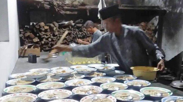 Warga Menyiapkan Bubur Sayur Lodeh untuk takjil buka puasa. Bubur sayur lodeh merupakan tradisi buka puasa yang berlangsung turun temurun sejak abad ke-16.(KOMPAS.com/Markus Yuwono)