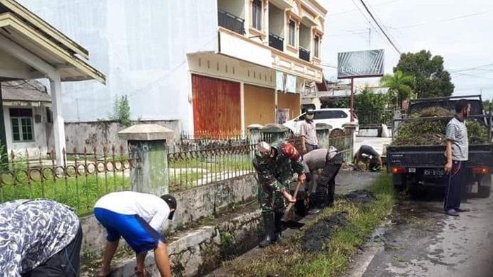 Personel Koramil Pahandut dan Bhabinkamtibmas Serta Warga Panarung Gotong-royong Bersihkan Drainase