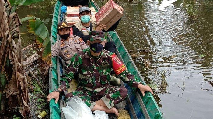 TNI Terus Salurkan Bantuan untuk Korban Banjir di Kabupaten HST