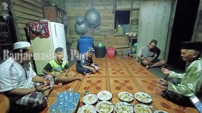 Warga Ulu Brnteng Ujung, Kecamatan Marabahan melangsungkan acara selamatan menyambut malam nisfu syaban dengan memanjatkan doa dan menikmati hidangan