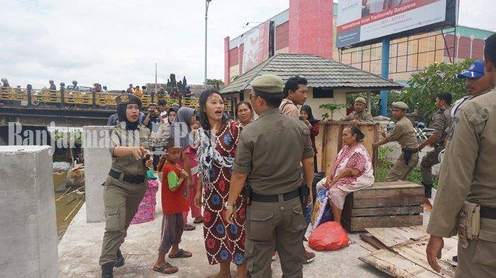 Penjelasan Satpol PP Kota Banjarmasin Usai Diamuk Perempuan Saat Tertibkan Kolong Jembatan Antasari
