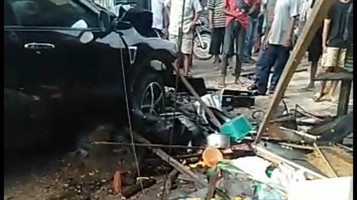 Mengantuk, Pengemudi Mobil Tabrak Tiang Listrik di Pulausari Tala, Cederai Penjual Gorengan