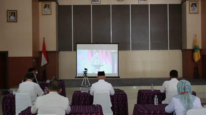 Suasana webinar Hari Antikorupsi Sedunia (Hakordia) Tahun 2020 yang diselenggarakan KPK, diikuti Bupati H Abdul Wahid HK dan pejabatnya di Aula Dr Idham Chalid, Kota Amuntai, Kabupaten Hulu Sungai Utara (HSU), Kalimantan Selatan, Rabu (16/12/2020).