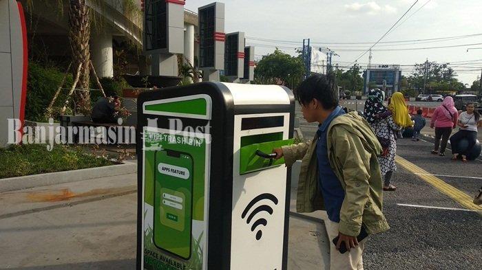 Pengunjung memperhatikan Wifi trashbin di Taman Edukasi Banjarmasin