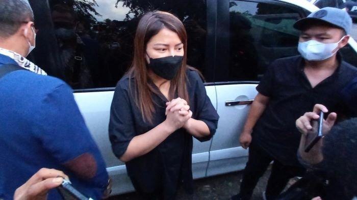 Wina Natalia seusai membesuk suaminya, Anji Manji, di Polres Metro Jakarta Barat, Rabu (16/6/2021). Dia mengaku tidak mengatakan keadaan yang sebenarnya tentang Anji Manji kepada anak-anaknya.