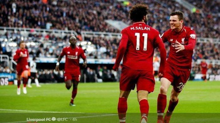 Winger Liverpool, Mohamed Salah, merayakan golnya dengan Andy Robertson dalam laga pekan ke-37 Liga Inggris melawan Newcastle United di St James' Park, 4 Mei 2019.