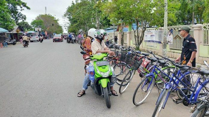 Uniknya Wisata Kalsel Pasar Sepeda di Sungai Malang HSU, Sepeda Tua Dijejer di Bahu Jalan