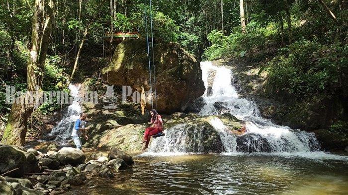 Wisata Kalsel. Pengunjung di Air Terjun Riam Bainggi Desa Dayak Pitap, Kecamatan Tebingtinggi, Kabupaten Balangan, Provinsi Kalimantan Selatan.