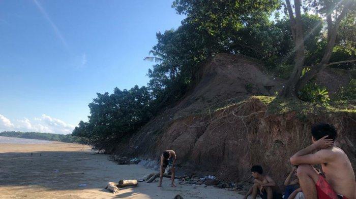 Wisata Kalsel, Pengunjung di Pantai Tebing Sungai Dua Laut Sungai Loban Tanbu.