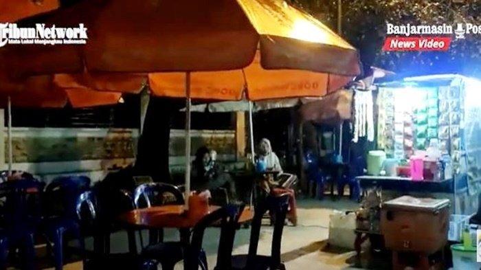 Wisata Kalsel. Pengunjung sedang menikmati kuliner murah meriah di salah satu pedagang yang berjualan di kawasan Lapangan Murjani di Kota Banjabaru, Provinsi Kalimantan Selatan, Senin (2/8/2021).